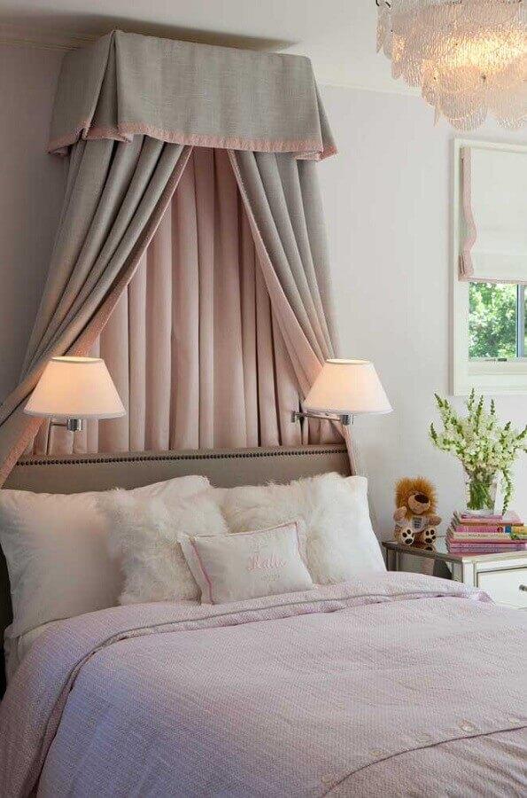 Cama com dossel para quarto de moca decorado com luminária de parede Foto Houzz