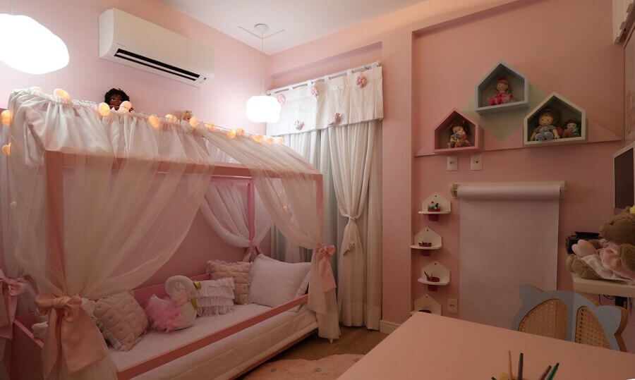 Cama infantil com dossel para decoração de quarto rosa Foto Andrea Bento
