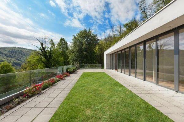 Casa com fachada de vidro e muro de vidro