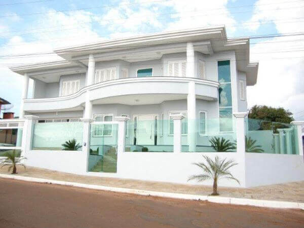 Casa com fachada e muro de vidro moderno