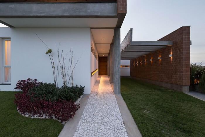 Casa com garagem com pergolado de concreto. Fonte: Eduardo Paiva