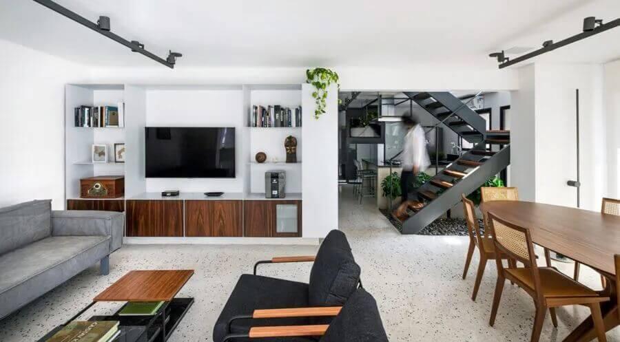 Casa conceito aberto decorada com mesa de madeira para sala de estar e jantar integradas modernas Foto Coa Associados