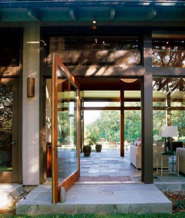 Casa de campo com porta de vidro para sala. Fonte: Charlie Bernett