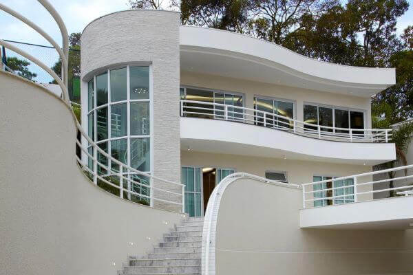 Casa moderna com fachada de vidro