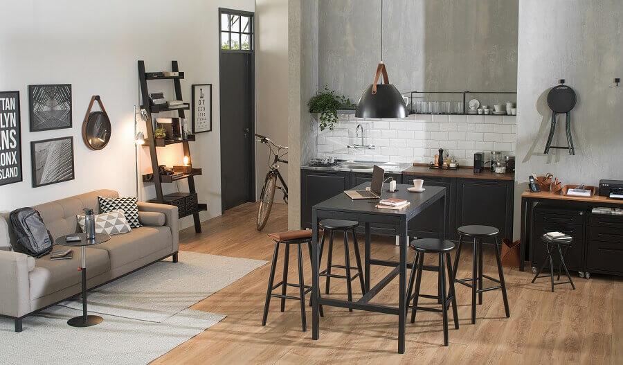 Casa moderna decorada com mesa de escritório preta Foto Tok&Stok