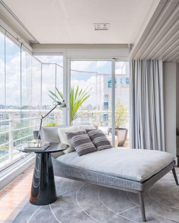 Chaise longue para área externa com janelas de vidro