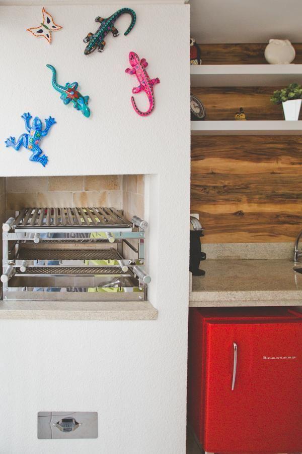 Churrasqueira pequena na área de lazer com decoração divertida