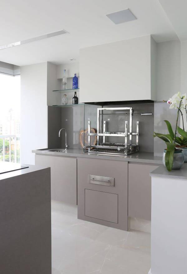 Churrasqueira pequena com vidro na área gourmet minimalista cinza