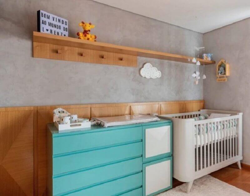 Cômoda cor ciano para decoração de quarto de bebê moderno com parede de cimento queimado Foto Studio Derive