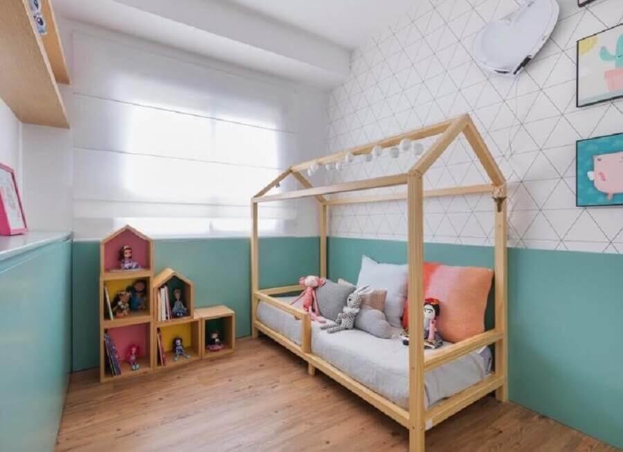 Cor de tinta azul ciano para quarto infantil decorado com cama casinha e papel de parede delicado Foto Casa 2 Arquitetos