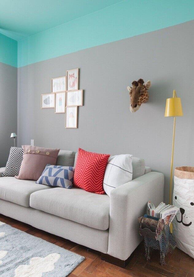 Cor de tinta azul ciano para sala cinza decorada com almofadas coloridas Foto Gisele Rampazzo