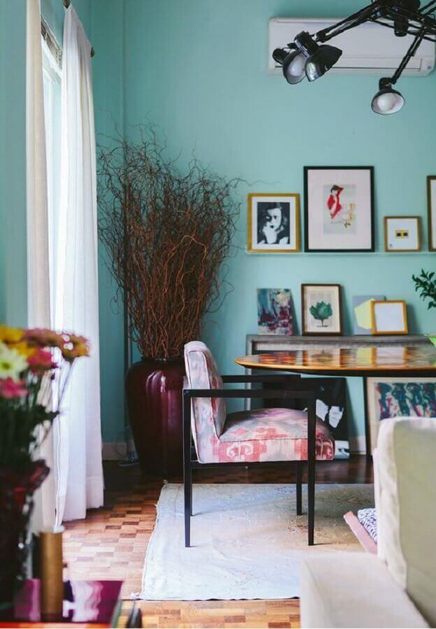 Cor de tinta azul ciano para sala de jantar decorada com vaso de chão e cadeira estofada Foto SouQ