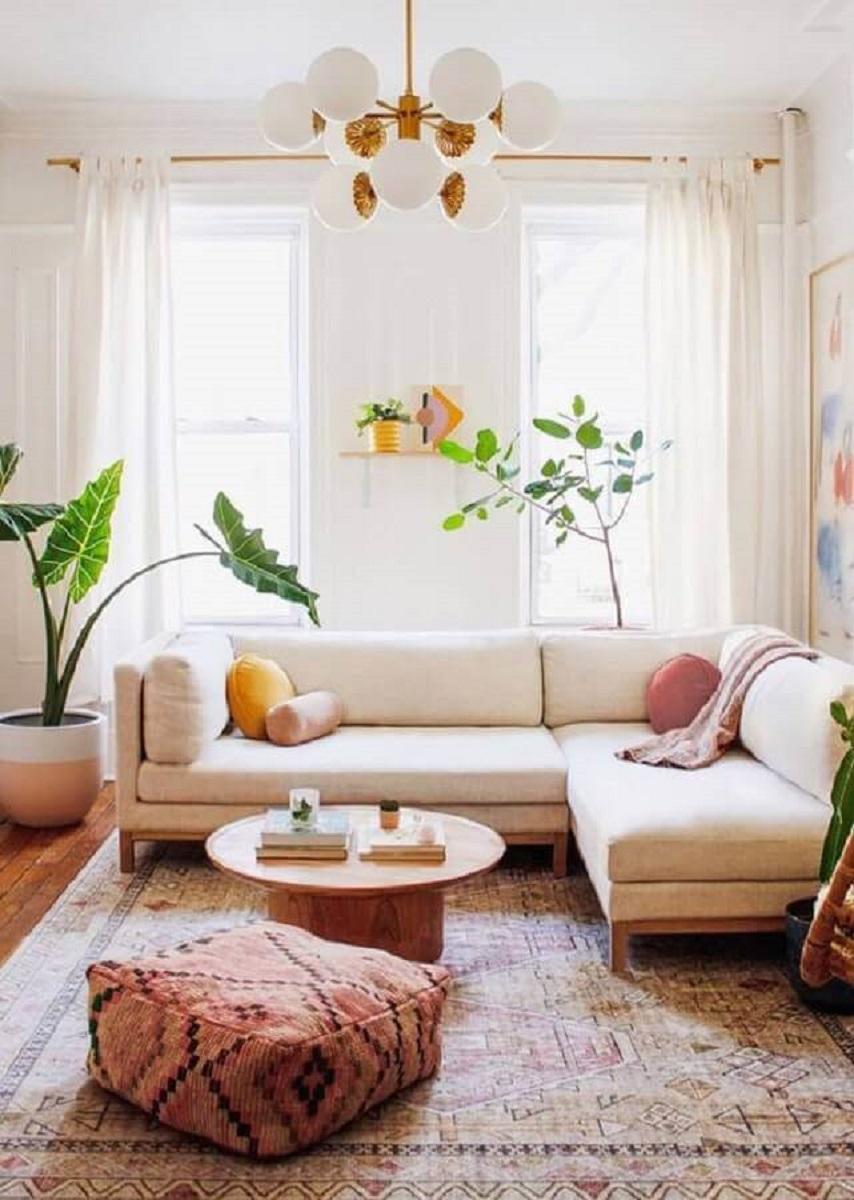 Cores claras para decoração de de sala com plantas naturais e sofa de canto Foto Urban Green Br