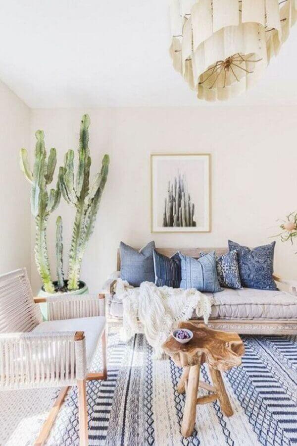 Cores claras para decoração de sala com plantas e tapete azul e branco Foto Futurist Architecture