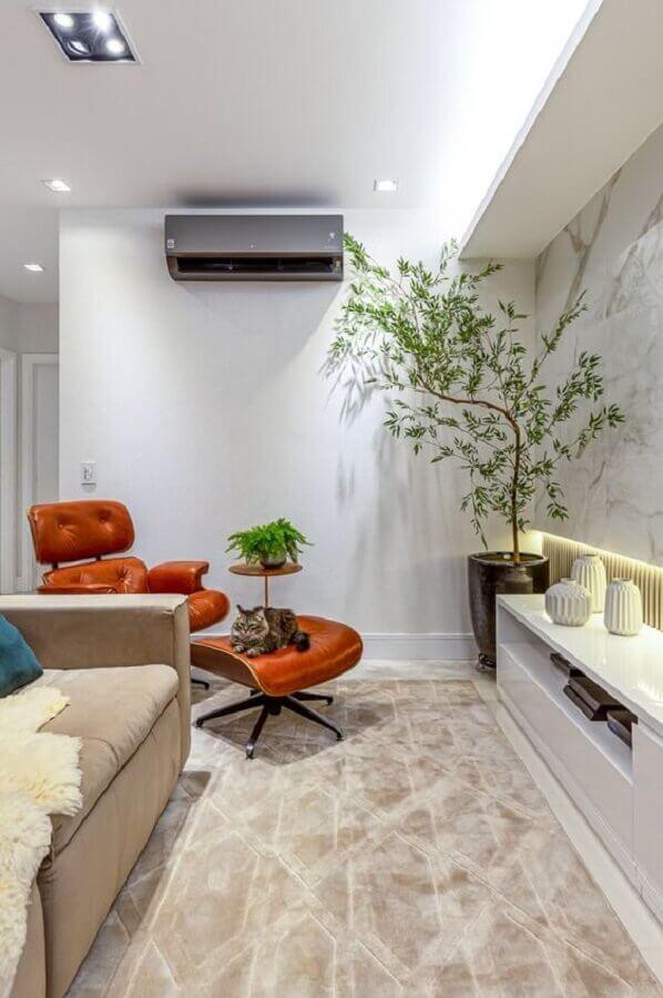 Cores claras para decoração de sala com plantas grandes e poltrona eames Foto RP Guimaraes