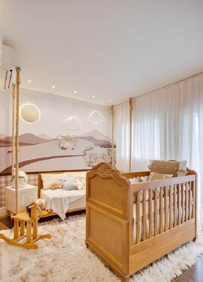 Cores claras para quarto de bebê moderno decorado com luminária nuvem e berço de madeira