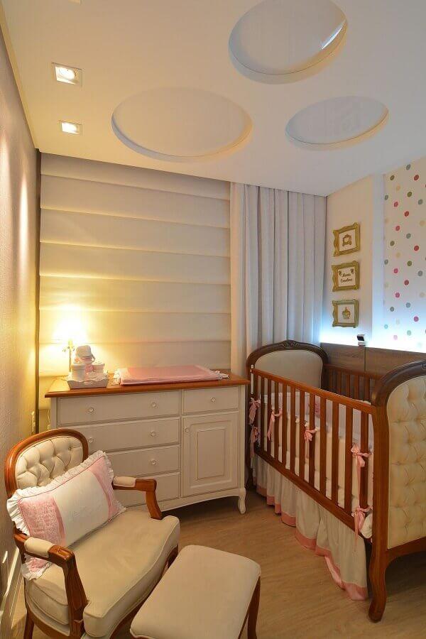 Cores claras para quarto de bebe pequeno decorado com berço de madeira capitonê Foto Anna Maya Arquitetura