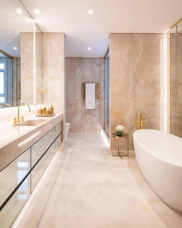 Cores neutras para banheiro bonito de luxo decorado com banheira de imersão Foto Chris Hamoui