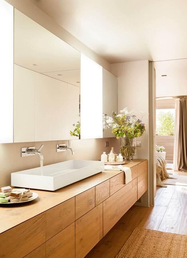 Cores neutras para decoração de banheiro com piso de madeira planejado Foto El Mueble