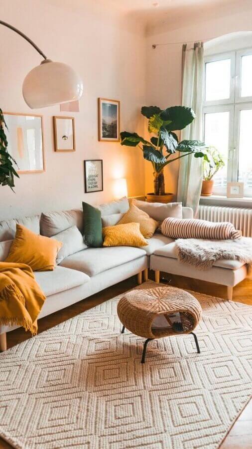Cores neutras para decoração de sala com plantas e sofa com chaise Foto Apartment Therapy