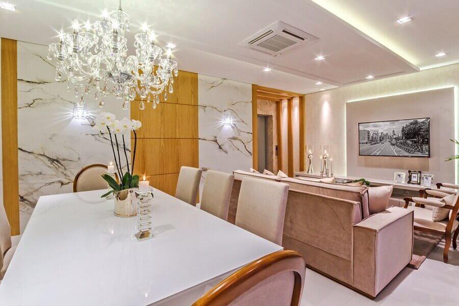 Cores neutras para decoração sofisticada de sala de jantar e estar integradas com lustre de cristal Foto Decor Salteado