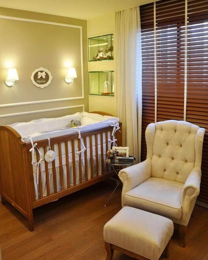 Cores neutras para quarto de bebê decorado com poltrona capitonê e berço de madeira  Foto A2 Juliana Farias Arquitetura