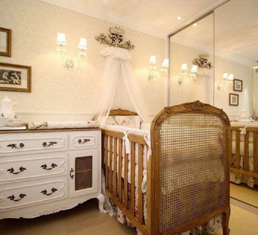 cores neutras para quarto de bebê provençal decorado com dossel de parede para berço de madeira Foto Larissa Catossi