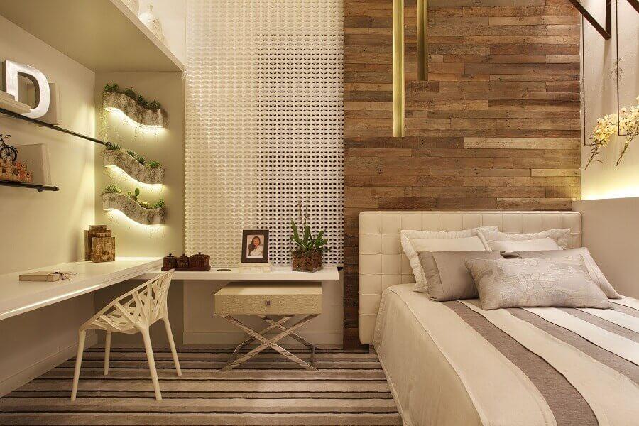 Cores neutras para quarto planejado com parede de madeira e cabeceira almofadada solteiro Foto Leila Dionizios