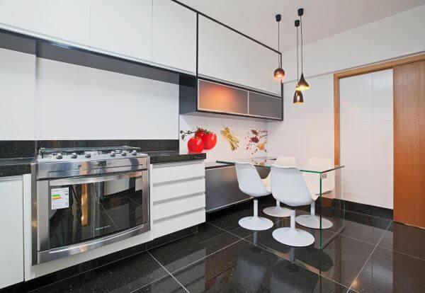 Cozinha branca com armário de vidro fosco