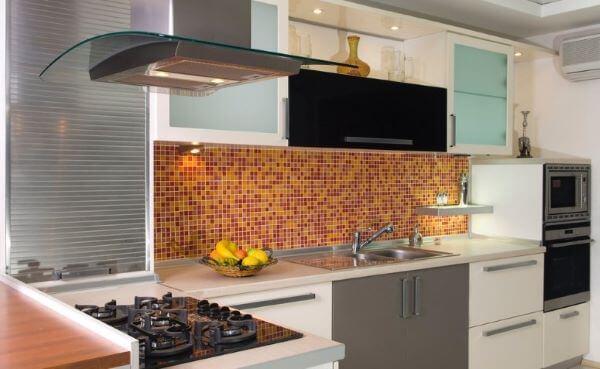 Cozinha com armário de vidro e pastilhas laranja
