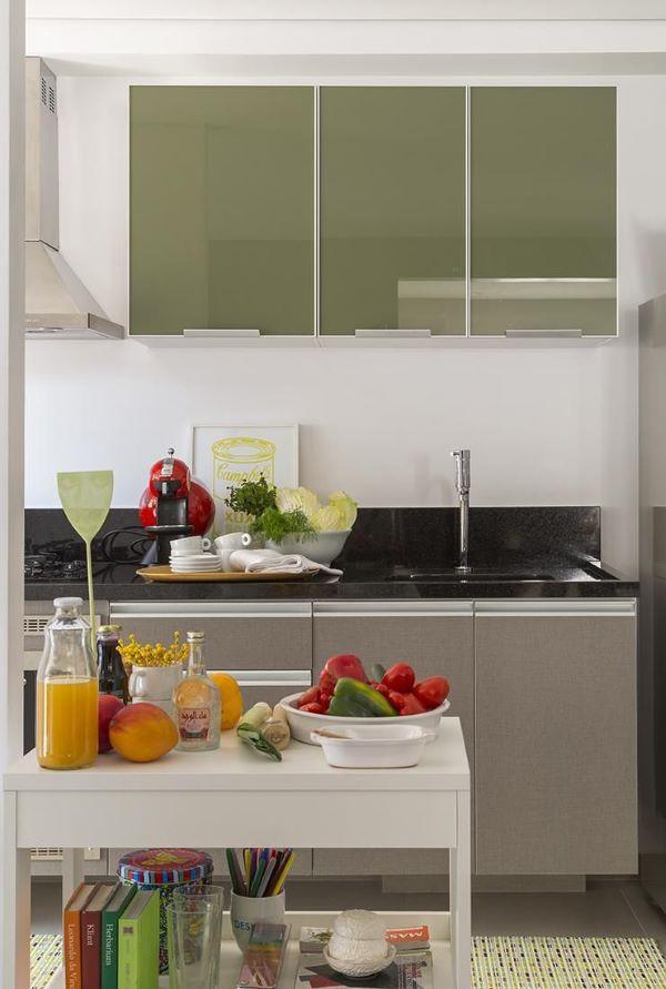 Cozinha com armário de vidro verde e cinza