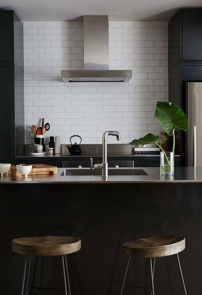 Cozinha com bancada na cor prata