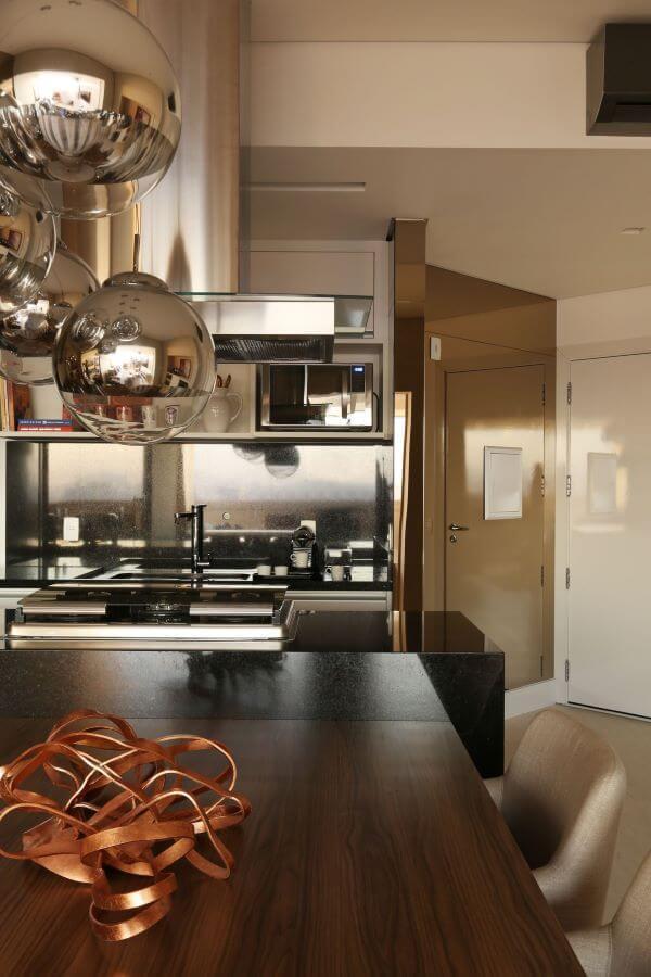 Cozinha com diferentes tipos de cor prata na decoração