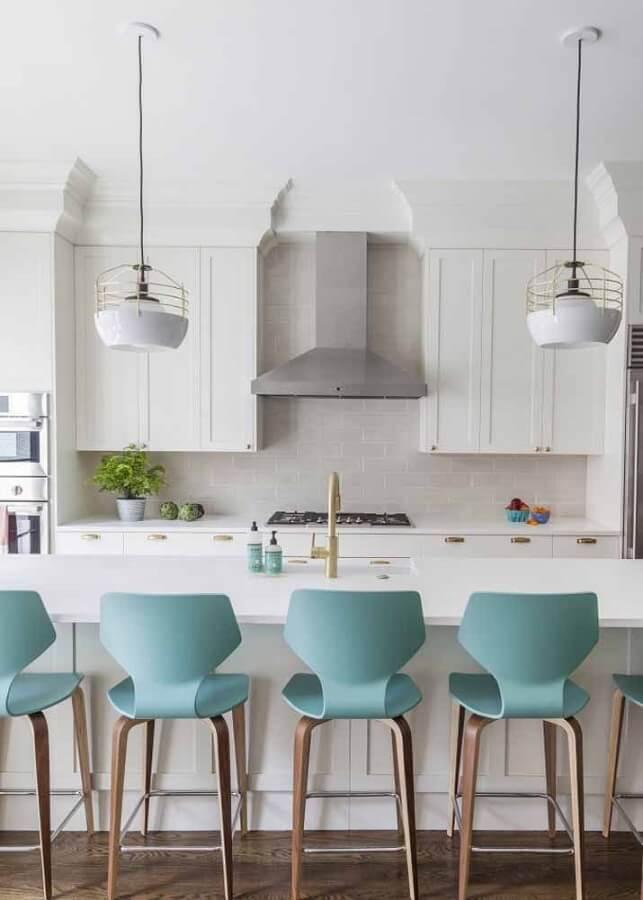 Cozinha com ilha branca decorada com banqueta cor ciano Foto Apartment Therapy