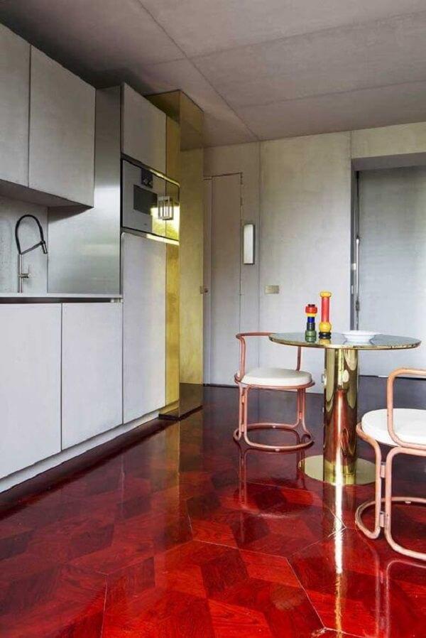 Cozinha com piso pintado vermelho. Fonte: Architectural Digest