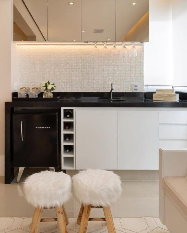 Cozinha com revestimento cor prata e branco combinando com armário suspenso espelhado