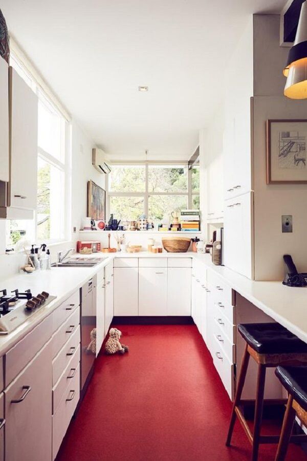 Cozinha compacta clean com piso vermelho. Fonte: Homes To Love AU