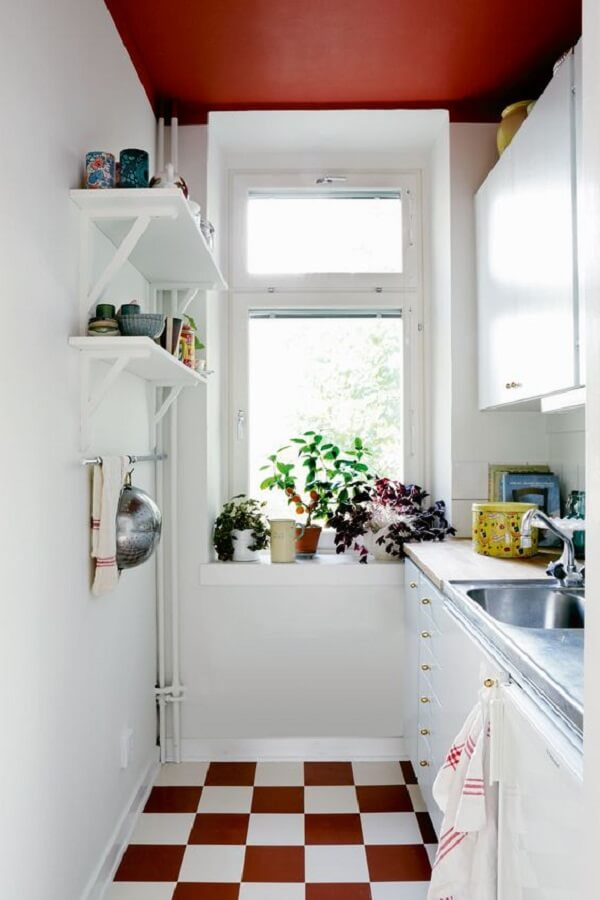 Cozinha compacta com piso xadrez vermelho. Fonte: Hus & Hem