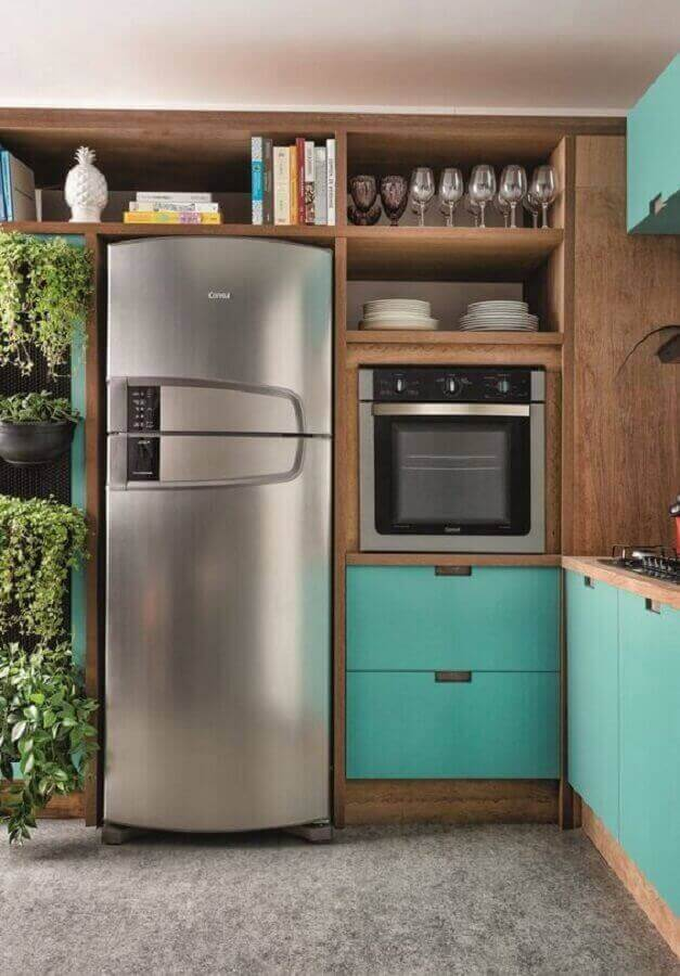Cozinha de madeira planejada com armário cor ciano Foto Historias de Casa