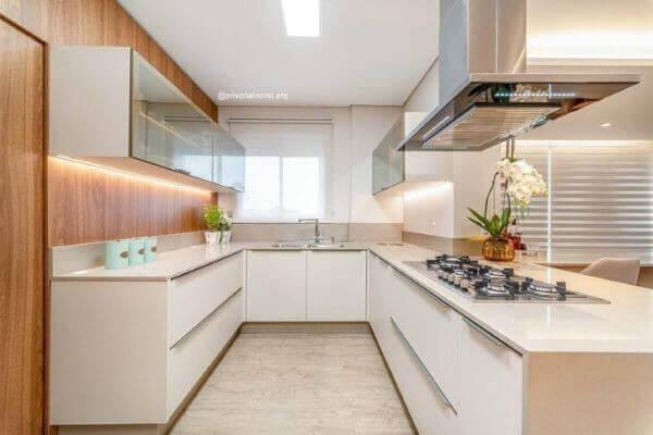 Cozinha em U com bancada de quartzo branca
