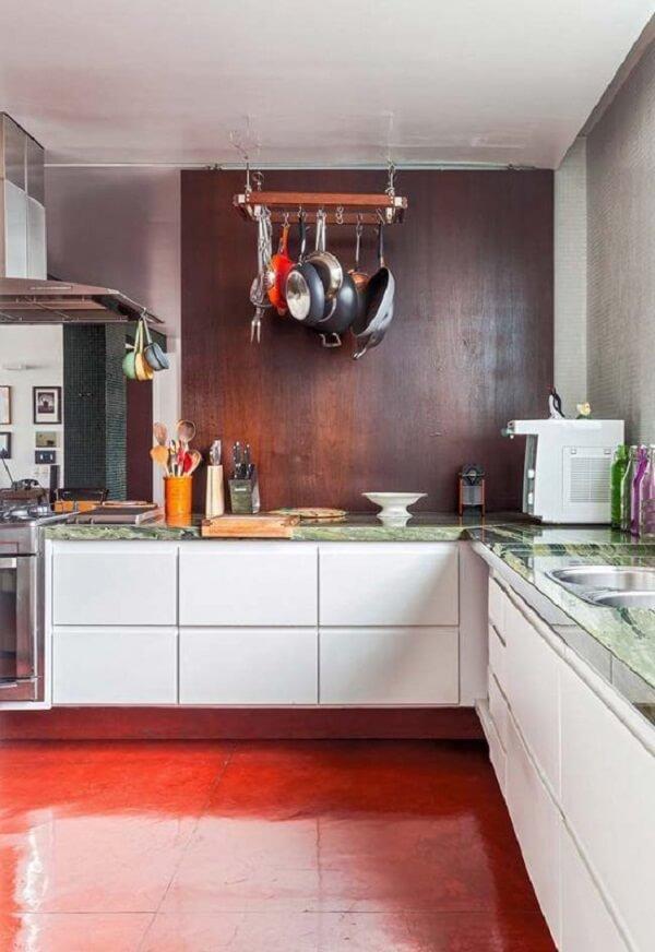 Cozinha moderna com piso queimado vermelho. Fonte: Decor Fácil