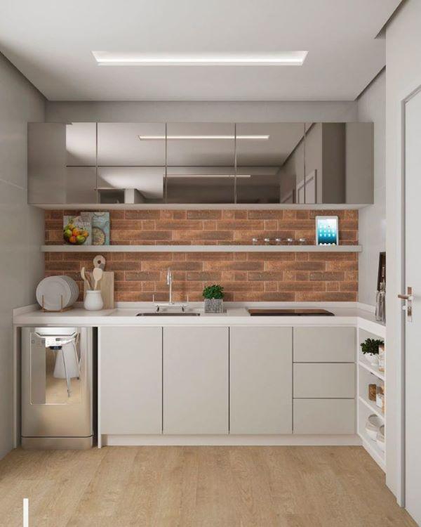 Cozinha pequena com bancada de quartzo branco e armários cinza espelhado