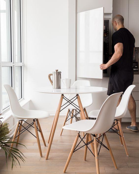 Cozinha pequena com conjunto de mesa eiffel