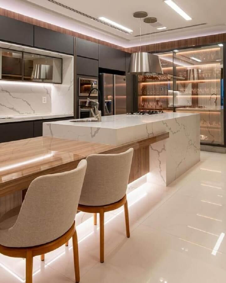 Cozinha planejada com ilha de mármore gourmet decorada com luminária moderna e armários cinza Foto Fernanda Marchette
