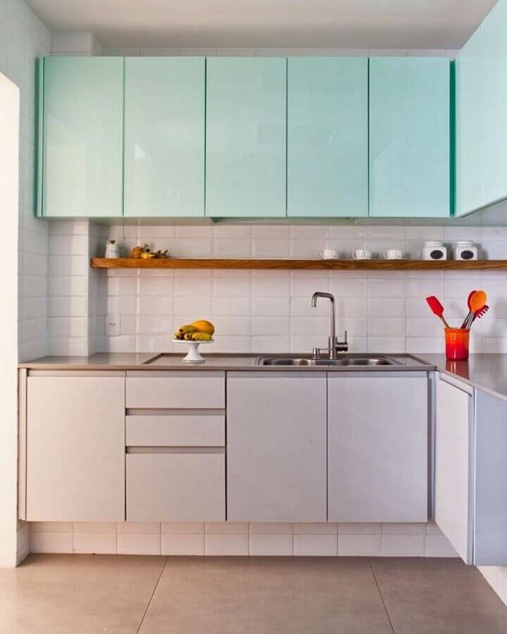 Cozinha planejada decorada com armário aéreo cor ciano Foto PKB Arquitetura