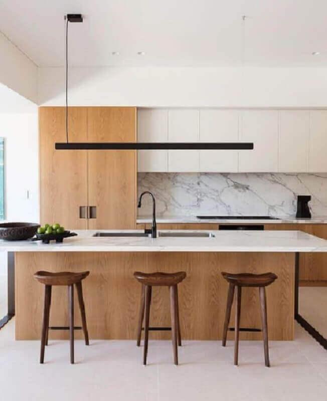 Cozinha planejada grande com ilha com decoração moderna branca com madeira Foto Daniel Boddam