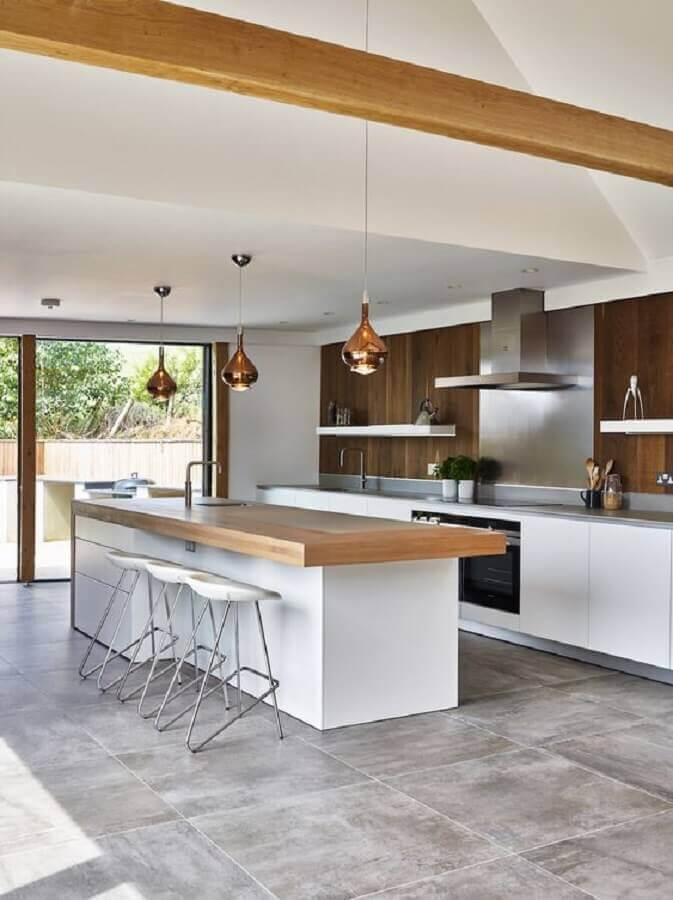 Cozinha planejada grande com ilha decorada com bancada de madeira e luminária cobre Foto Houzz