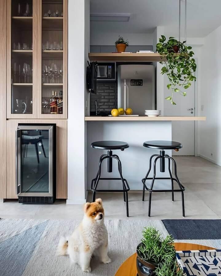 Cristaleira planejada para decoração de sala e cozinha americana pequena Foto SP Estúdio Arquitetura