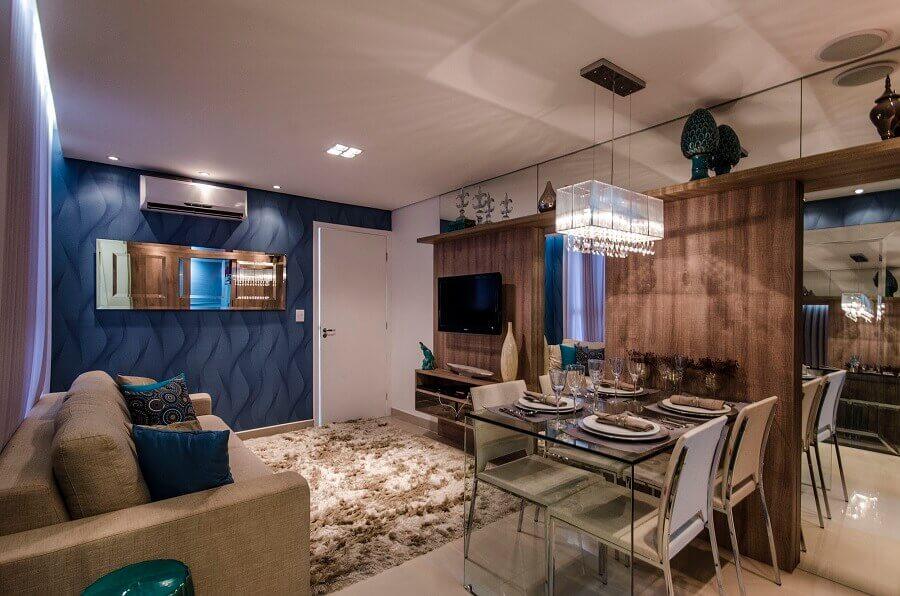 Papel de parede azul e tapete felpudo para decoração de sala de estar e jantar integrada