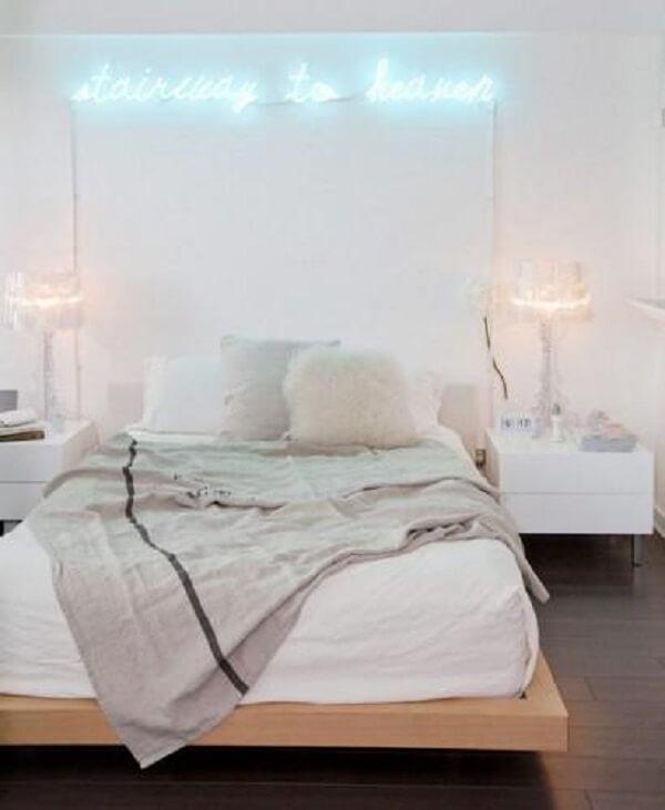 Decoração clean para quarto neon. Fonte: Decor Fácil